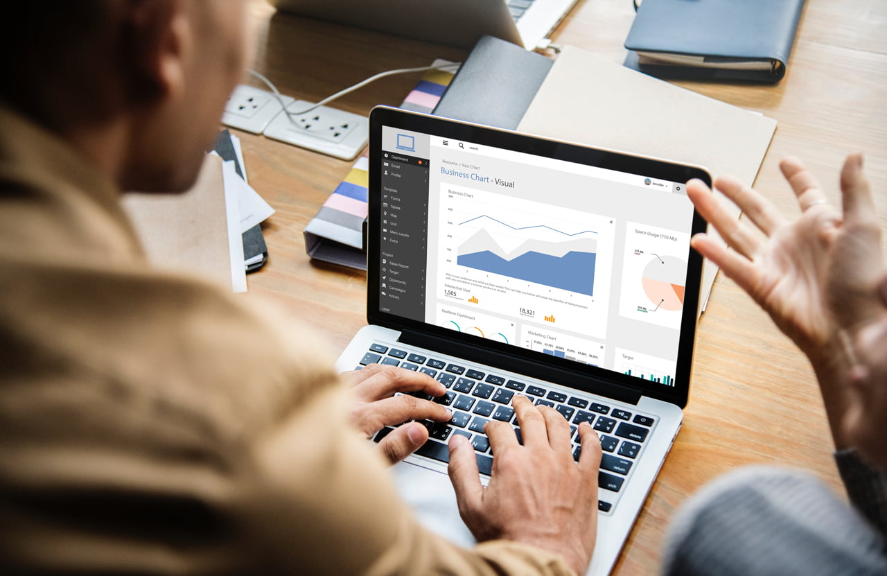 חברת קידום אתרים אורגני וקידום ממומן יושבים מול מחשב עם גרף