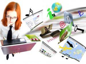 מעצבת אתרים בעבודה